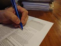 Υπογραφή μιας πρότυπης μορφής απελευθέρωσης στοκ εικόνες με δικαίωμα ελεύθερης χρήσης