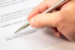Υπογραφή μιας σύμβασης απασχόλησης Στοκ εικόνα με δικαίωμα ελεύθερης χρήσης