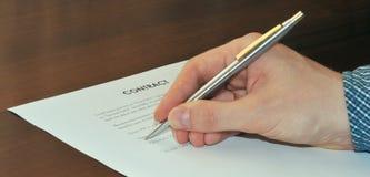 Υπογραφή μιας σύμβασης Στοκ Φωτογραφία