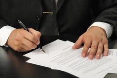 υπογραφή συμβάσεων επιχ&ep Στοκ φωτογραφία με δικαίωμα ελεύθερης χρήσης