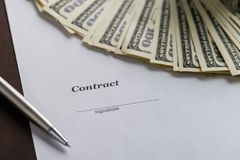 Υπογραφή της σύμβασης και κινηματογράφηση σε πρώτο πλάνο χρημάτων, με το copyspace για το κείμενο Στοκ Φωτογραφία