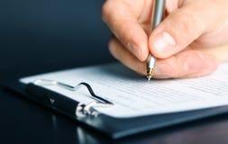 Υπογραφή της σύμβασης χρηματοδότησης Στοκ φωτογραφία με δικαίωμα ελεύθερης χρήσης