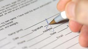 Υπογραφή του εγγράφου κοντά επάνω φιλμ μικρού μήκους