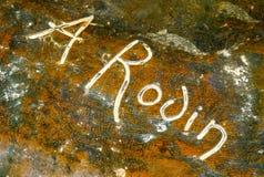 Υπογραφή Rodin γλυπτών στη βάση του υπαίθριου γλυπτού στοκ φωτογραφία