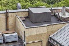 Υποδομή εξαερισμού στη στέγη πολυκατοικίας Στοκ εικόνες με δικαίωμα ελεύθερης χρήσης