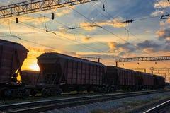 Υποδομή σιδηροδρόμου κατά τη διάρκεια του όμορφου ηλιοβασιλέματος και του ζωηρόχρωμου ουρανού, της αυτοκινητάμαξας για το ξηρό φο Στοκ φωτογραφία με δικαίωμα ελεύθερης χρήσης