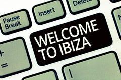 Υποδοχή κειμένων γραψίματος λέξης σε Ibiza Επιχειρησιακή έννοια για τους θερμούς χαιρετισμούς από μια από τις Βαλεαρίδες Νήσους τ στοκ εικόνα με δικαίωμα ελεύθερης χρήσης