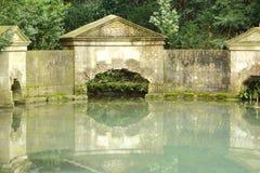 Υποκριθείτε τη γέφυρα στον προγενέστερο κήπο τοπίων πάρκων, στο λουτρό Στοκ Φωτογραφίες