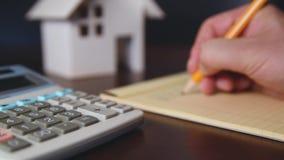 Υπολογίζοντας το κόστος ένα σπίτι απόθεμα βίντεο