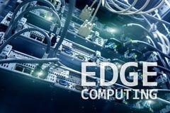 Υπολογισμός ΑΚΡΩΝ, Διαδίκτυο και σύγχρονη έννοια τεχνολογίας στο σύγχρονο υπόβαθρο δωματίων κεντρικών υπολογιστών στοκ εικόνα