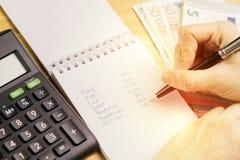 Υπολογισμός δαπάνης ή προσωπική έννοια χρηματοδότησης, pe εκμετάλλευσης χεριών στοκ φωτογραφίες