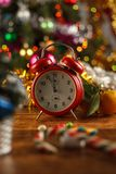 Υπολογισμός ξυπνητηριών κάτω στο νέο έτος ατμόσφαιρα εορταστική στοκ φωτογραφία με δικαίωμα ελεύθερης χρήσης