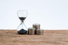 Υπολογισμός οικονομικού ή χρόνου επένδυσης με την κλεψύδρα ή τα sandglas στοκ εικόνες