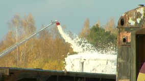 Υπολογισμός πυρκαγιάς στον αντιδραστήρα που σβήνει την πυρκαγιά με τις μάνικές τους, το wat απόθεμα βίντεο