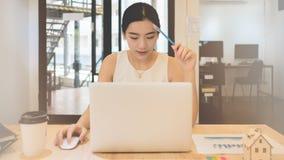 Υπολογισμός του κόστους των ταχυδρομικών τελών μιας μικρής συσκευασίας, επιχειρηματικές ανησυχίες μικρών επιχειρήσεων στοκ εικόνες με δικαίωμα ελεύθερης χρήσης