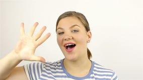 Υπολογισμός χεριών της νέας γυναίκας κάτω από πέντε χρησιμοποιώντας τα δάχτυλά της απόθεμα βίντεο