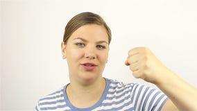 Υπολογισμός χεριών της νέας γυναίκας κάτω από πέντε χρησιμοποιώντας τα δάχτυλά της φιλμ μικρού μήκους