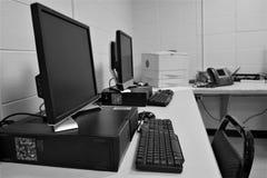 Υπολογιστές γραφείου στο διάστημα γραφείων στοκ εικόνα με δικαίωμα ελεύθερης χρήσης