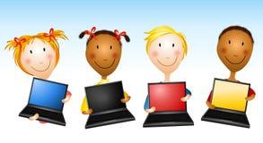 υπολογιστές που κρατούν το lap-top κατσικιών ελεύθερη απεικόνιση δικαιώματος