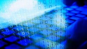 Υπολογιστής αμυχών Cyberattack, χέρια χάκερ στο πληκτρολόγιο στοκ φωτογραφίες