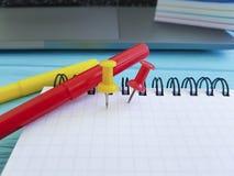 Υπολογιστής γραφείου γραφείων σημειωματάριων Pushpin κατηγορηματικά Στοκ Φωτογραφίες