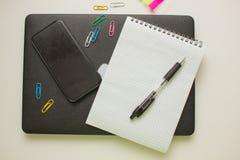 Υπολογιστής γραφείου εργασίας με το σημειωματάριο, τις προμήθειες και το κλειστό lap-top Στοκ φωτογραφία με δικαίωμα ελεύθερης χρήσης