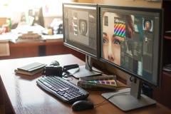 Υπολογιστής γραφείου με δύο όργανα ελέγχου, ένα πληκτρολόγιο, μια κάμερα, ένα ημερολόγιο, μια παλέτα για έναν σχεδιαστή, ένα reto Στοκ φωτογραφία με δικαίωμα ελεύθερης χρήσης