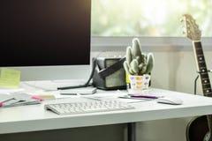 Υπολογιστής γραφείου υπολογιστών με το άσπρο πληκτρολόγιο και ποντίκι στο λειτουργώντας γραφείο στοκ φωτογραφία με δικαίωμα ελεύθερης χρήσης