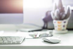 Υπολογιστής γραφείου υπολογιστών με το άσπρο πληκτρολόγιο και ποντίκι στο λειτουργώντας γραφείο στοκ εικόνα με δικαίωμα ελεύθερης χρήσης
