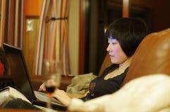 Υπολογιστής δακτυλογράφησης κοριτσιών Στοκ εικόνα με δικαίωμα ελεύθερης χρήσης