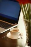 Υπολογιστής και καφές στοκ φωτογραφίες