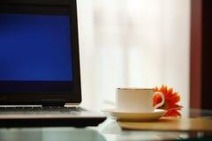 Υπολογιστής και καφές στοκ εικόνα με δικαίωμα ελεύθερης χρήσης