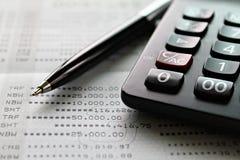 Υπολογιστής και μάνδρα στο βιβλιάριο ή τη οικονομική κατάσταση απολογισμού αποταμίευσης Στοκ Εικόνες