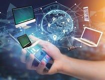 Υπολογιστής και συσκευές που επιδεικνύονται σε μια φουτουριστική διεπαφή με το δίκτυο interantional - πολυμέσα και έννοια τεχνολο στοκ εικόνα με δικαίωμα ελεύθερης χρήσης
