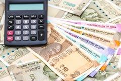 Υπολογιστής πέρα από ολοκαίνουργια τραπεζογραμμάτια ρουπίων Ινδού 10, 50, 100, 200, 500 και 2000 Ζωηρόχρωμο υπόβαθρο χρημάτων