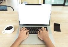 Υπολογιστής πληκτρολογίων δακτυλογράφησης χεριών κινηματογραφήσεων σε πρώτο πλάνο στη θέση γραφείων Στοκ εικόνες με δικαίωμα ελεύθερης χρήσης