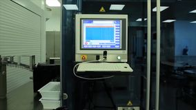 Υπολογιστής στο εργαστήριο ή manufactory Βιοχημικοί συσκευή ανάλυσης και υπολογιστής στο εργαστήριο της βιομηχανίας κρασιού ανάλυ Στοκ φωτογραφία με δικαίωμα ελεύθερης χρήσης