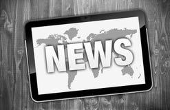Υπολογιστής ταμπλετών με τις ειδήσεις και worldmap στοκ φωτογραφία