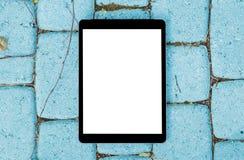 Υπολογιστής ταμπλετών στο γκρίζο μπλε υπόβαθρο πετρών Απομονωμένη άσπρη οθόνη με το διάστημα αντιγράφων Κενό διάστημα για το κείμ Στοκ φωτογραφία με δικαίωμα ελεύθερης χρήσης