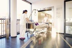 Υπομονετικές νοσοκόμες νοσοκομείων κρεβατιών Στοκ Φωτογραφία