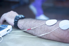 Υπομονετική θεραπεία φυσιοθεραπείας καρπών βραχιόνων χεριών Στοκ Φωτογραφίες
