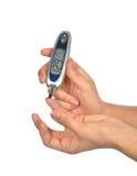 Υπομονετική μετρώντας εξέταση αίματος επιπέδων γλυκόζης διαβήτη στοκ φωτογραφίες