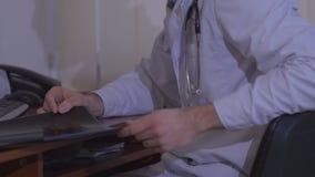 υπομονετική ομιλία γιατρών Χαμογελώντας γιατρός που μιλά στον ασθενή στο νοσοκομείο Την συμβουλεύεται και παρουσιάζει των ακτίνων απόθεμα βίντεο