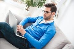 Υπομονετική περιμένοντας σύνοδος ψυχολογίας νεαρών άνδρων που λειτουργεί στο lap-top Στοκ εικόνα με δικαίωμα ελεύθερης χρήσης