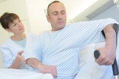 Υπομονετική σύνδεση για να βγεί το νοσοκομειακό κρεβάτι με τα δεκανίκια στοκ εικόνες