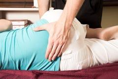 Υπομονετική χαμηλότερη πλάτη μασάζ Chiropractor, περιστροφή Στοκ Εικόνα