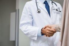 Υπομονετική χειραψία γιατρών Στοκ φωτογραφία με δικαίωμα ελεύθερης χρήσης