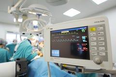Υπομονετικός έλεγχος καρδιογραφημάτων στο δωμάτιο λειτουργίας Στοκ Εικόνες