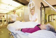 Υπομονετικός ανελκυστήρας νοσοκομειακού κρεβατιού νοσοκόμων στοκ εικόνα με δικαίωμα ελεύθερης χρήσης