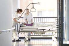 Υπομονετικό νοσοκομειακό κρεβάτι νοσοκόμων Στοκ Φωτογραφία